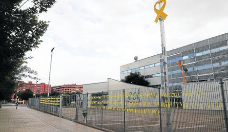 Diversos llaços grocs decoraven ahir l'exterior de l'EOI.