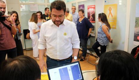 Pere Aragonès, el nou coordinador nacional d'ERC, ahir, mentre votava a Mataró.