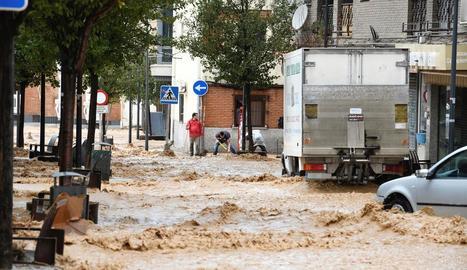 Els carrers d'Arganda del Rey, a Madrid, convertits en rius, ahir.