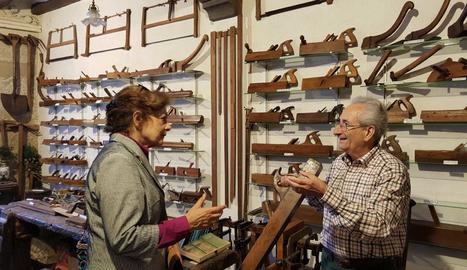 El mateix Jaume explica als visitants per a què servien les eines i com s'utilitzaven.