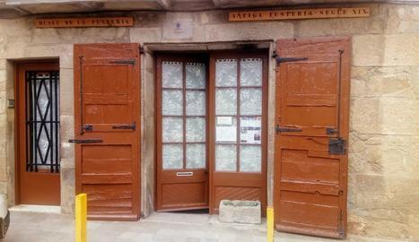 Porta d'entrada a la fusteria Ventureta de Torà.