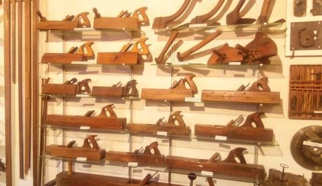 Les eines s'exposen en el mateix espai on quatre generacions de fusters les han utilitzat per al seu treball diari.