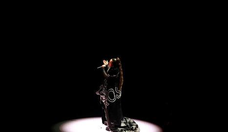 Rosalía durant l'actuació al Prudential Center de Newark de Nova Jersey amb un mono negre amb brillants.