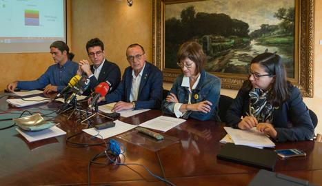 L'alcalde i representants del govern tripartit de la Paeria, al presentar l'informe econòmic.