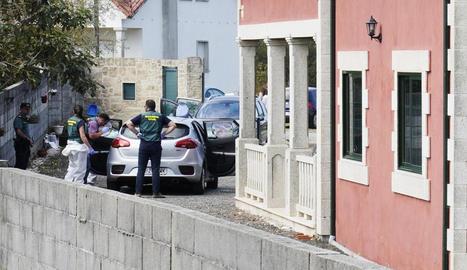 Membres de la policia forense recollien proves al lloc del triple assassinat.