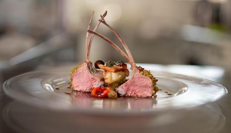 La carn ovina es pot considerar vermella o blanca segons l'edat i l'alimentació que ha rebut l'animal.