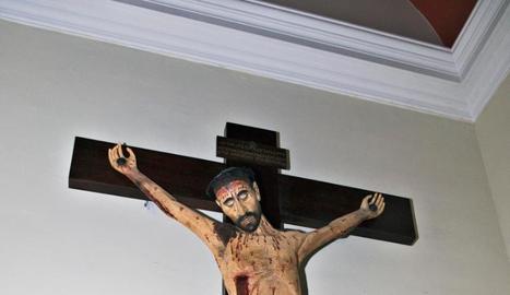 El Sant Crist de Sant Antoni llueix restaurat des de diumenge.