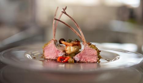 El costellam d'ovella xisqueta, cuinat al forn i a la planxa, es combina amb escalivada i herbes aromàtiques.