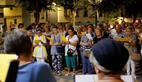 Més de 200 persones es van reunir a Mollerussa per cantar per la llibertat dels sobiranistes presos.