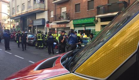 Efectius desplaçats al lloc de la caiguda, ahir, a Madrid.
