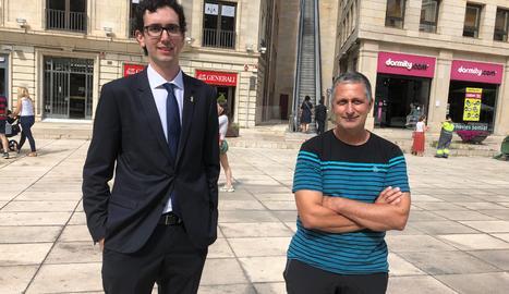 El denunciant, Carlos Garcia, amb el seu advocat, Marc Solanes, a les portes del jutjat de Lleida. Imatge del 19 de setembre de 2019