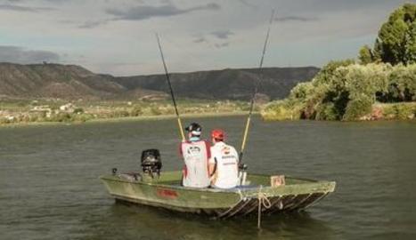 Marc i Àlex Márquez pesquen un silur a Mequinensa