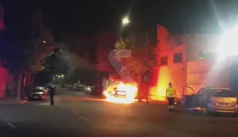 L'incendi dels dos vehicles a l'avinguda d'Alacant de Lleida.