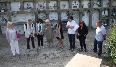 Un moment de la visita dels representants de Paeria i Memòria Democràtica al cementiri de Lleida.