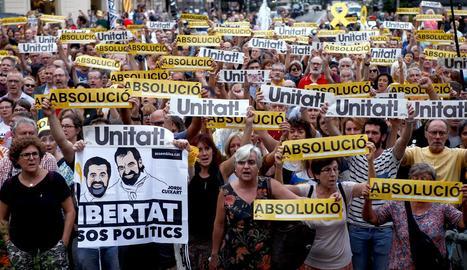 """Centenars de persones portaven pancartes que reclamaven l'""""absolució"""" i la """"unitat""""."""