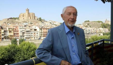 Josep Vallverdú, al balcó del seu actual domicili a Balaguer, amb Santa Maria al fons.