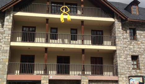 El llaç groc a la façana del consistori de la Vall de Boí.