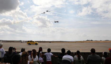 Els assistents no es van perdre detall de les acrobàcies de la Patrulla Aspa.