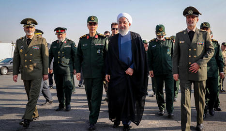 El president iranià, Rouhani, en una desfilada militar ahir.