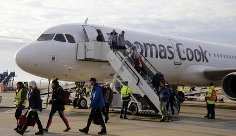 Imatge d'arxiu d'un avió de Thomas Cook a la pista de l'aeroport d'Alguaire.