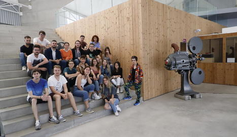 Foto de grup de la primera promoció de la nova Escola Catalana de Cinema i TV, ahir al Magical.