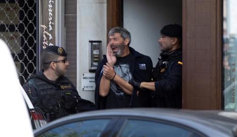 Agents de la Guàrdia Civil traslladen un dels activistes independentistes arrestats ahir, a Sabadell.
