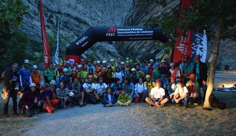 Els participants en el ral·li d'escalada abans d'iniciar les cordades.