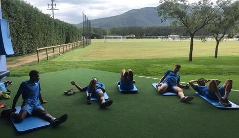 Els jugadors del Lleida estiren després de l'entrenament.