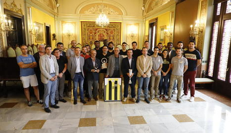 Plantilla, cos tècnic i directius del CB Pardinyes posen al costat de l'alcalde, Miquel Pueyo, a la sala de plens.
