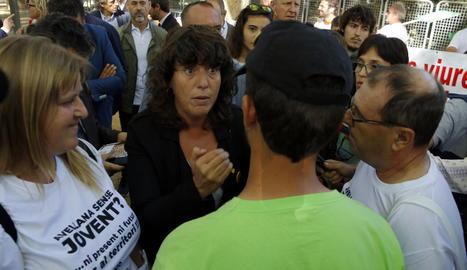 La consellera Jordà parla amb pagesos a la Fira de Sant Miquel de Lleida.