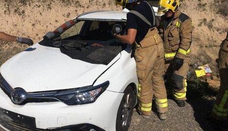 Els Bombers van rescatar el conductor, que va resultar ferit lleu.