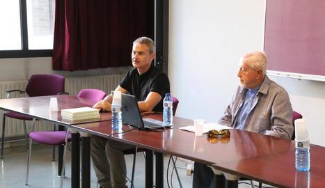 Eduard Batlle, autor de l'antologia de textos de Miquel Lladó, ahir a la UdL amb Josep Vallverdú.