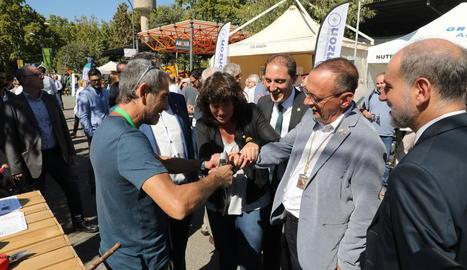La consellera Jordà prova a la mà de l'alcalde Pueyo l'efectivitat del sistema de seguretat d'unes tisores de podar.