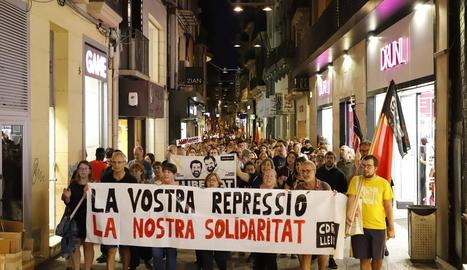 Manifestació de protesta a Lleida per l'empresonament dels set independentistes, ahir a la nit.