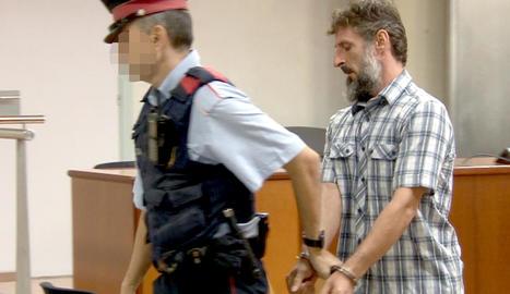 L'acusat va sortir custodiat ahir pels Mossos després de finalitzar el judici a l'Audiència de Lleida.