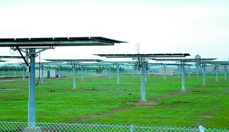 Plaques fotovoltaiques mòbils instal·lades a Juneda a mitjans de la dècada passada.