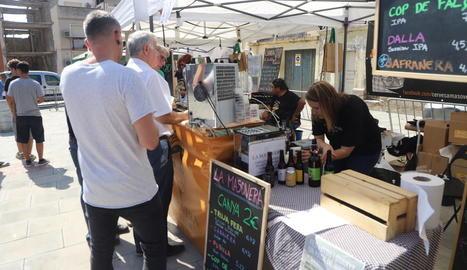 La plaça del Dipòsit va acollir la Mostra de Cervesa Artesana.