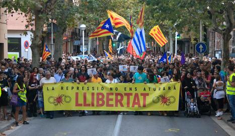 Milers de persones es van manifestar ahir a Sabadell per exigir la llibertat dels CDR detinguts.