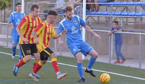 Acció del partit entre el Rosselló i l'Arbeca, en què un jugador local intenta controlar la pilota.