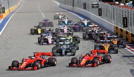 Lewis Hamilton celebra la victòria al Gran Premi de Rússia amb el director d'equip de Mercedes.