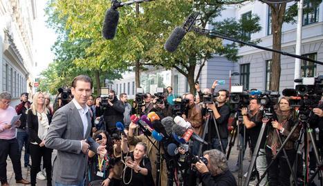 Sebastian Kurz, del Partit Popular d'Àustria, es prepara per atendre els mitjans.