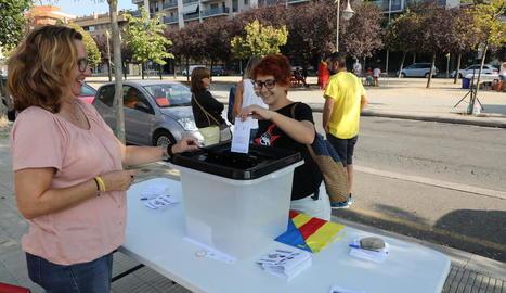 Més de 200 persones van participar ahir en la votació per commemorar l'1-O davant de l'Escola Oficial d'Idiomes (EOI) de Lleida.