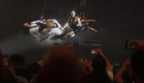 El grup de teatre argentí Fuerza Bruta, durant el festival Rock in Rio a Rio de Janeiro.