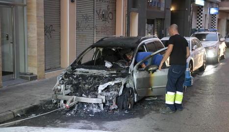 Un incendi afecta dos cotxes a Pau Claris