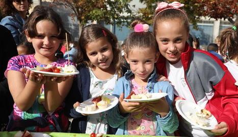 Imatge d'alumnes de Primària en una promoció de consum de pera.