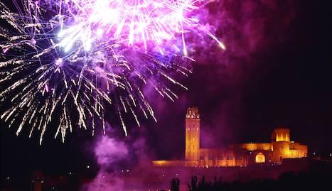 El castell de focs artificials des del marge esquerre del Segre, a càrrec de la pirotècnica castellonenca Peñarroja, va posar ahir a la nit el colofó a les Festes de la Tardor de Lleida.