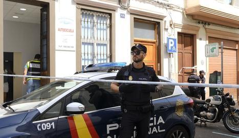 Un agent de la Policia davant del lloc dels fets.