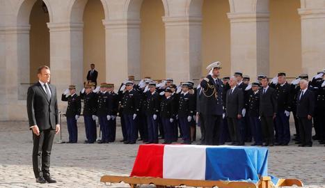El president Emmanuel Macron al costat del fèretre de Jacques Chirac durant la cerimònia d'ahir.