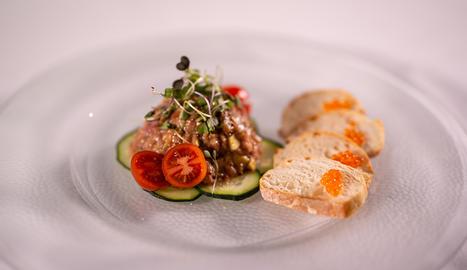 El tàrtar de truita de riu i alvocat és un plat fresc i fàcil de preparar.