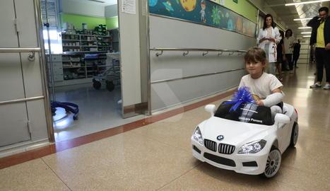 L'hospital Arnau de Vilanova de Lleida estrena cotxes elèctrics per als infants ingressats